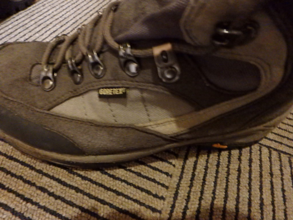 屋久島のカミヤマレンタカーのレンタル登山靴(トレッキングシューズ)